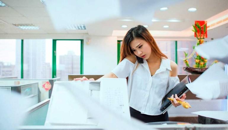 Estudiante haciendo fotocopias