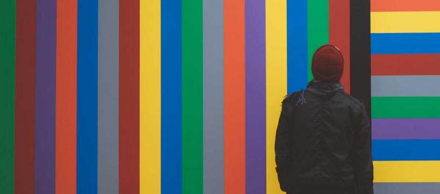 señor mirando paletas de colores
